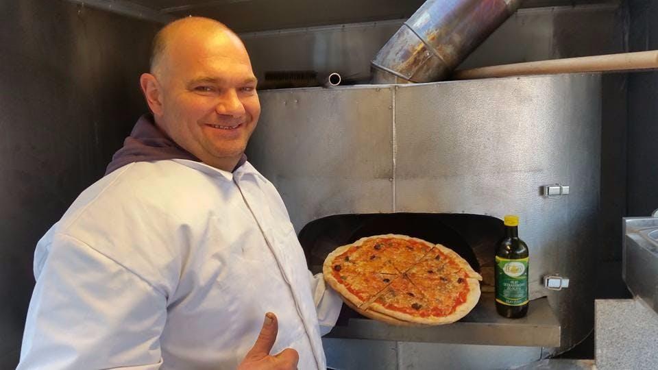 Proponujemy prawdziwą włoską pizzę z pieca opalanego drewnem. Pizze możesz zamówić przez telefon i odebrać na miejscu lub przywieziemy Ci ją do domu. Zapraszamy!