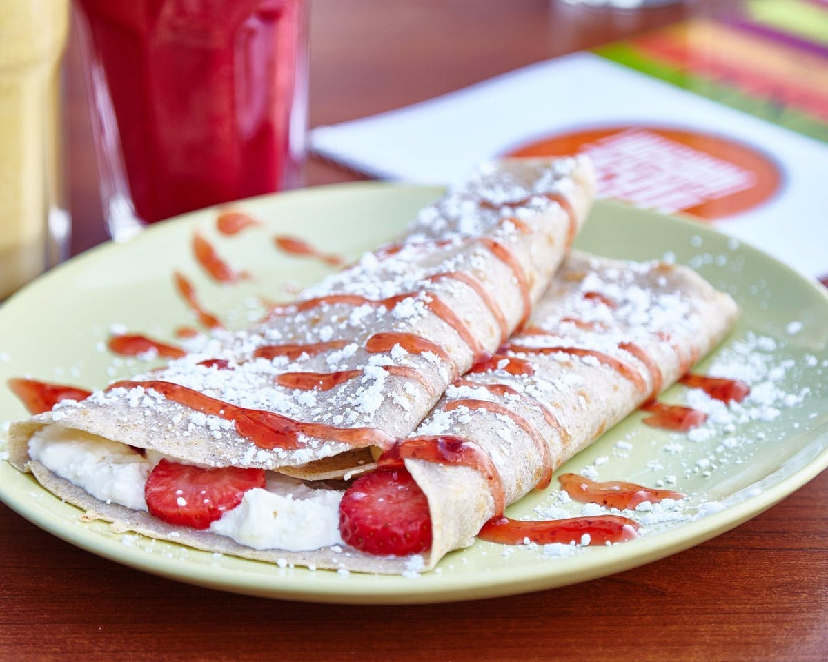 71. Z twarożkiem, truskawkami, cukrem pudrem (na słodko)