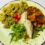 4. Danie Fit!: Grillowany filet z kurczaka z gulaszem warzywno pomidorowym. Podawany z makaronem razowym z zielonym pesto