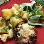 1. Bryzol wołowy z duszonymi pieczarkami i serem,  ziemniaki z koperkiem oraz sałata masłowa ze śmietaną