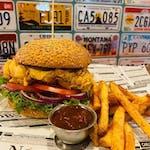 3. Danie tygodnia:  Kurczak Burger California z panierowanym kurczakiem, sosem jogurtowym-awokado, marynowaną czerwoną cebulą, pomidorem i ogórkiem. Podawany z frytkami.