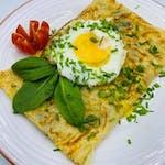 5.  Naleśnik z grillowanymi warzywami oraz serkiem philadelphia. Podawany z jajkiem sadzonym oraz rukola