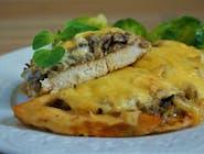 Pierś z piekarnika (filet z kurczaka saute zapiekany z pieczarkami z cebulką i serem żółtym)