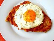 Kotlet wiedeński (filet z kurczaka w panierce z jajkiem sadzonym na wierzchu)