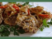 Pieczona karkówka w warzywach (pieczarki, cebula, cukinia, papryka)