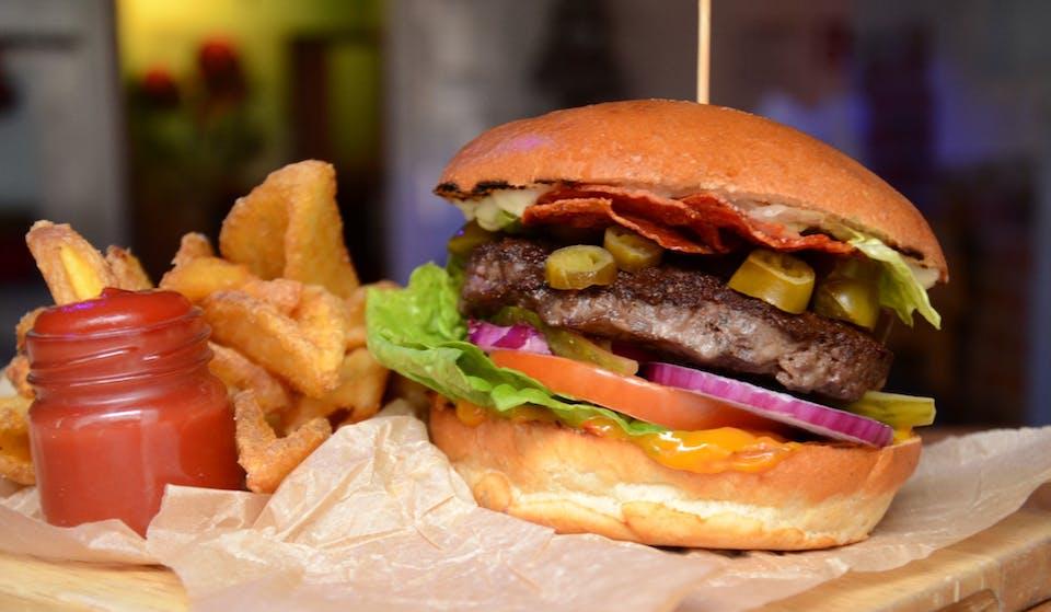 Kuchnia w Zakładzie to autorskie dzieło naszych młodych i zdolnych szefów kuchni. Musicie spróbować niebanalnych przekąsek, prawdziwej włoskiej pizzy i soczystych burgerów.<br><br>