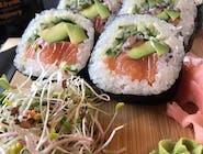 futomaki z avocado i łososiem