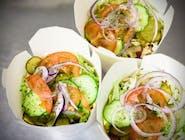 Frytki kubełek z mięsem kebab, serem, sałatką