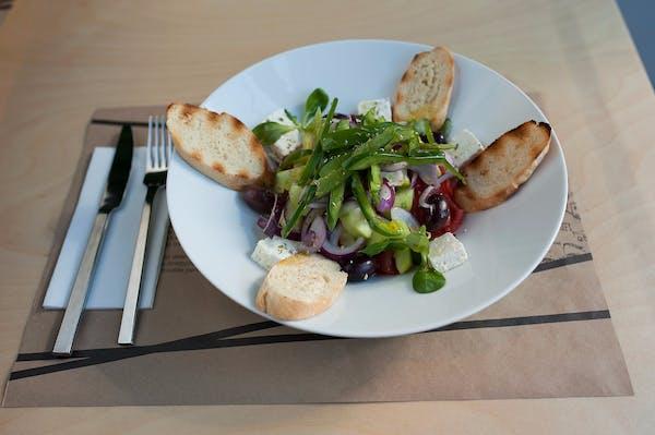 Salată grecească cu baghetă la grătar