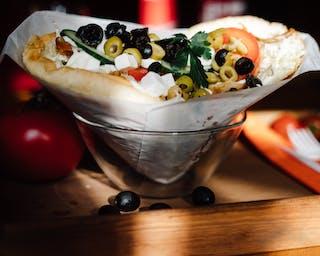 Kebab w bułce grecki z oliwkami i serem feta