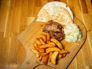 Coaste de porc cu cartofi wedges și salată coleslaw
