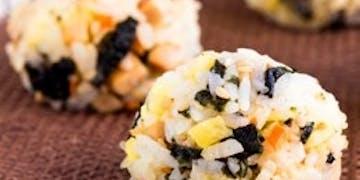 Słodkie kuleczki ryżowe z pastą z czarnej fasoli