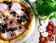 83 . Prosciutto e olive nere