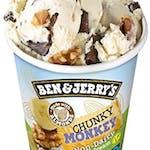 Ben & Jerry's Chunky Monkey 500 ml-  Lody o smaku bananowym z kawałkami cukierków o smaku czekoladowym (8%) i orzechami włoskimi (5%). Produkt beznabiałowy.