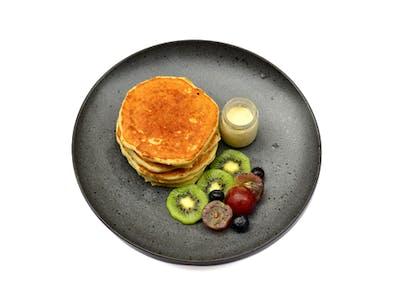 <b>Pancake z owocami sezonowymi</b>