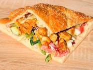 kebab w bułce z sosem czosnkowym, sałatka pekińska, pomidor, cebulka czerwona