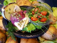 Pyra z pieca z pesto buraczanym i serem pleśniowym