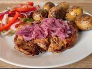 Stek z polędwiczki wieprzowej z pieczonymi ziemniakami i sałatką