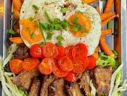 NOWOŚĆ - Marynowane żeberka z jajkiem i batatami - długo pieczone i grillowane w naszej autorskie marynacie na bazie PORTO.  Żeberka podajemy na sałacie z vinegrette, batatami i jajkami sadzonymi. Całość opruszona jest kolorowym pieprzem i szczypiorkiem.