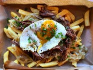 Chorrillana - frytki belgijskie, pieczona wołowina w sosie, pieczona cebula cukrowa, jajko sadzone, szczypiorek