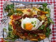Chorrillana na ostro - frytki belgijskie, pieczona wołowina w sosie, pieczona cebula cukrowa, jajko sadzone, szczypiorek, jalapeno i grillowane chorizo