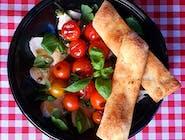 Sałatka Caprese z grillowanymi pomidorkami
