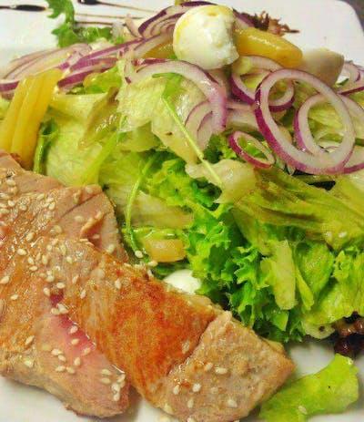 4. Ciepła sałatka z tuńczykiem i jajkiem przepiórczym
