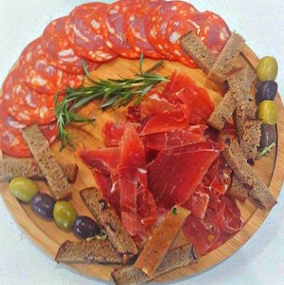 2. Talerz hiszpańskiej szynki i kiełbas Chorizo