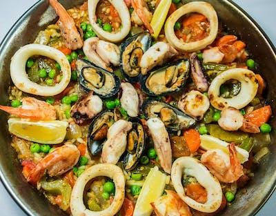1. Paella z owocami morza (porcja dla 2 osób)