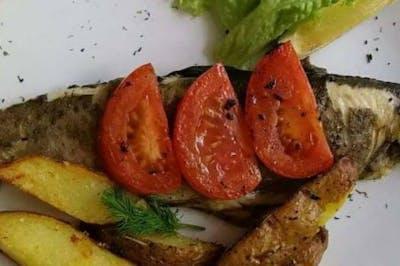 5. Pstrąg z grilla z pomidorami i ziemniakami