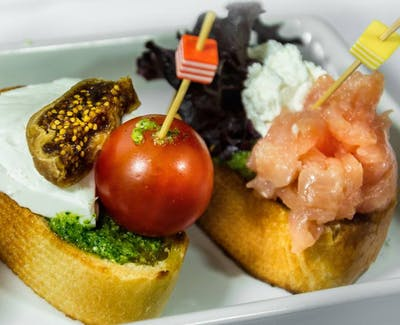 Grzanka z kozim serem, miodem i orzechami włoskimi
