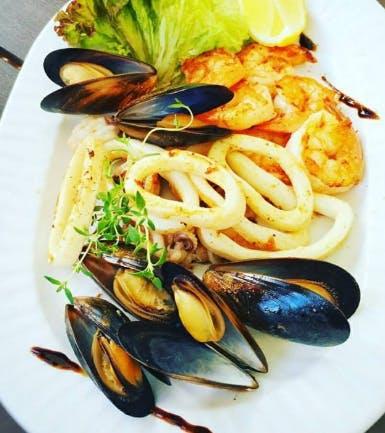 3. Deska ryb i owoców morza z grilla (porcja dla 2 osób)