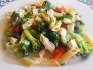Sałatka brokułowa z makaronem, fetą i jogurtem