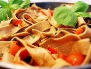 Tagliatelle z pesto bazyliowym, gorgonzolą i pomidorkami cherry