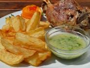 Ciolan de porc la cuptor, cartofi aurii, sos de usturoi cu patrunjel