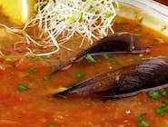 Zupa rybna z owocami morza / pomidorki / pietruszka / chilli