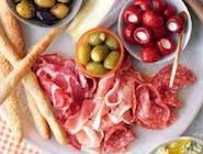 Talerz włoskich wędlin/ oliwki/ kapary/ suszone pomidory