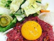 Tatar z polędwicy wołowej / suszone pomidory / anchois / żółtko / grana padano
