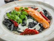 Czarne tagliolini / łosoś / pesto pistacjowe / suszone pomidory