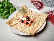 7. Naleśnik z salami, oliwkami, pomidorkami i serem feta