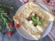 13. Naleśnik z filetem z kurczaka w sosie pesto, pomidorami suszonymi i mozzarellą