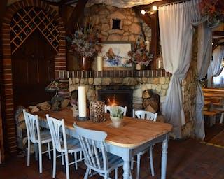 Stolik przy kominku w restauracji POPAS