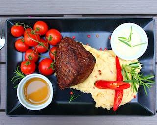 Steak w całej swojej krasie z pomidorkami cherry na puree....