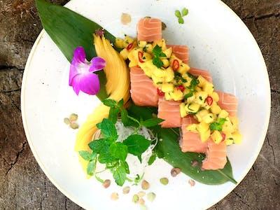 California Yellow - tatar z surimi i awokado owinięty łososiem z salsą mango ( do wyboru 4 lub 8 szt.)