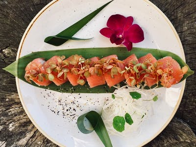 California Red  - krewetka w tempurze/ ogórek/ oshinko/ por/ pikantny dressing/ owinięta tuńczykiem/ zielone Tabasco/ sansho