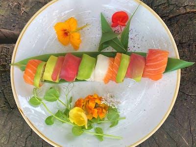 California Rainbow - tatar z surimi/ awokado/ owinięta łososiem,  tuńczykiem, awokado, rybą maślaną