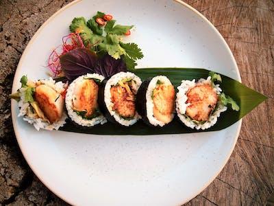Futomaki Małże św. Jakuba smażone z sake, czosnkiem i kolendrą / awokado / oshinko / pikantny dressing