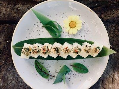 California White  - krewetki z patelni/ chili/ czosnek/ kolendra/ oshinko/ serek Philadelphia/ owinięta opalaną rybą maślaną/ zielone Tabasco/ sansho