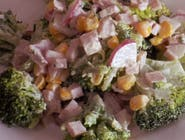 Sałatka brokułowa z szynką i rzodkiewką