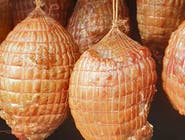 Szynka z fileta indyka wędzona dymem tradycyjna receptura
